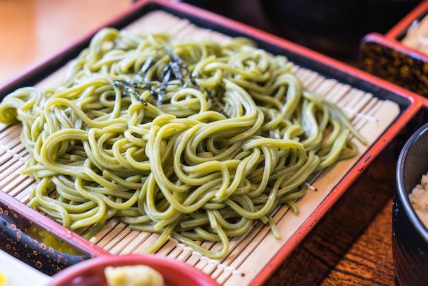 Cha soba japonais (thé vert soba) dans un plat
