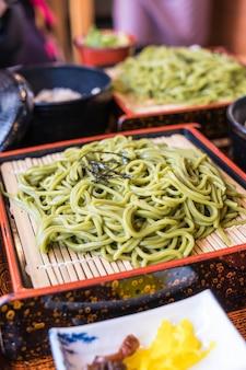 Cha soba japonais (thé vert soba) en plat