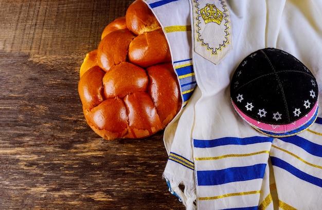 Chabbat avec du pain challah sur une table en bois