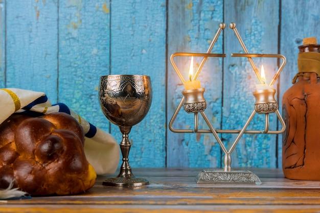 Chabbat avec pain challah sur une table en bois