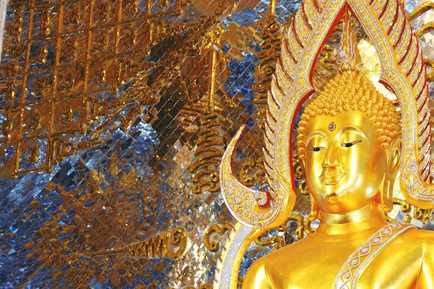 Chachoengseo, thaïlande, statue de bouddha au wat veerachote