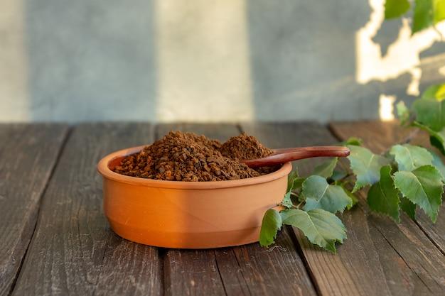 Chaga haché pour infuser du thé. boisson biologique, antioxydant, mise au point sélective