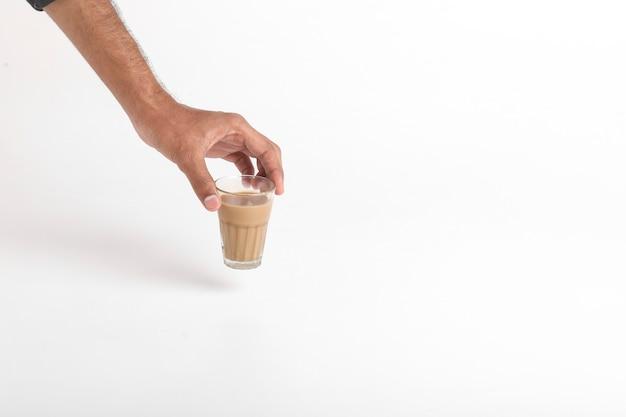 Chai. thé indien traditionnel sur une surface blanche