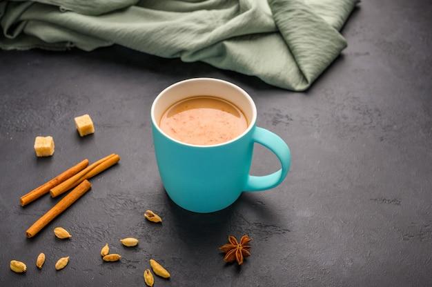 Chai de thé masala indien traditionnel dans une tasse bleue