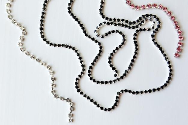 Chaîne de cristaux noirs, transparents et roses