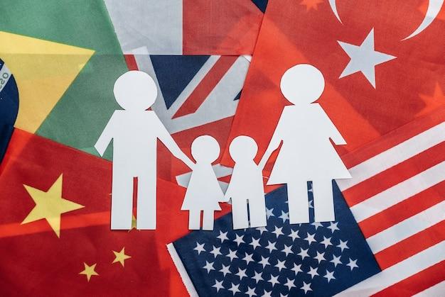 Chaîne familiale coupée en papier sur de nombreux drapeaux. famille internationale