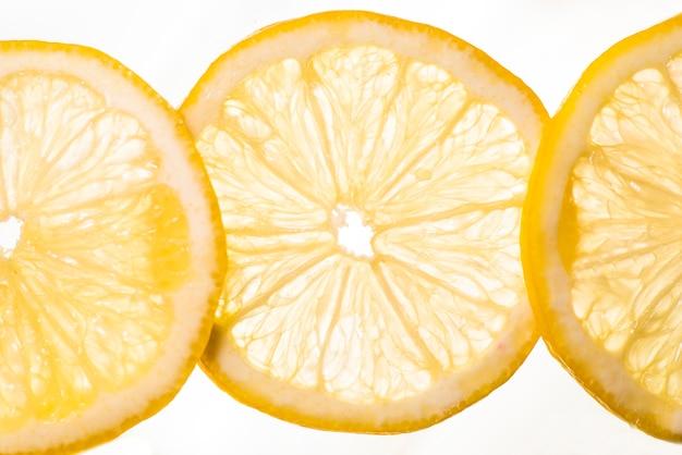 Chaîne de fruits citron sur fond blanc