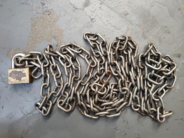 Chaîne en métal et cadenas verrouillé