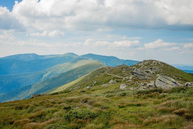 Chaîne de montagnes des carpates au matin d'été.