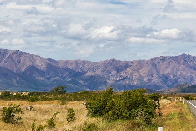 Une chaîne de montagnes sur le chemin du mont cook ile sud nouvelle zelande