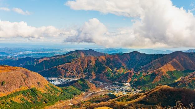 Chaîne de montagnes avec ciel bleu et nuages en automne