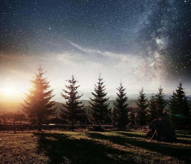 Chaîne de montagnes dans les carpates dans la nuit d'automne sous les étoiles. événement fantastique. ukraine, europe