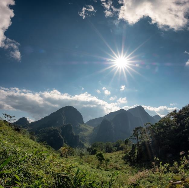 Chaîne de montagnes dans la forêt tropicale humide avec le soleil au sanctuaire de la faune