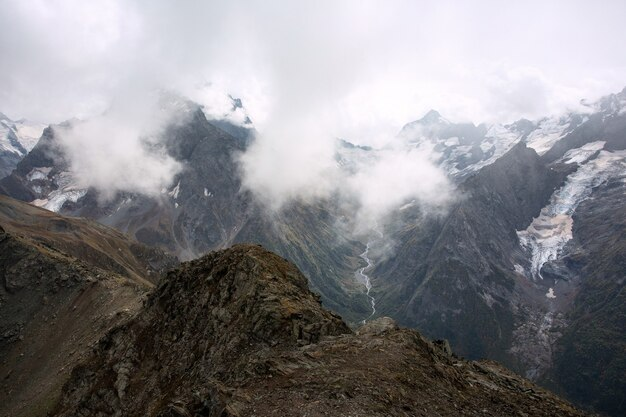 Chaîne de montagnes enneigées dans les nuages. caucase, russie
