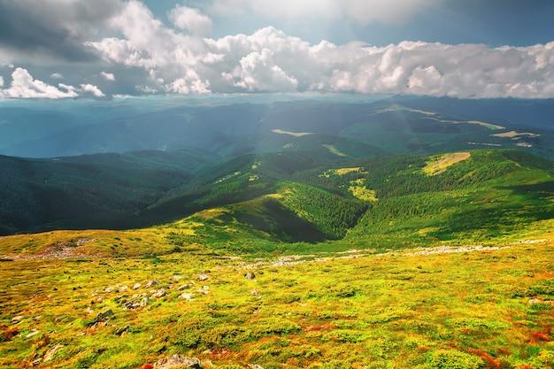 Chaîne de montagnes en été