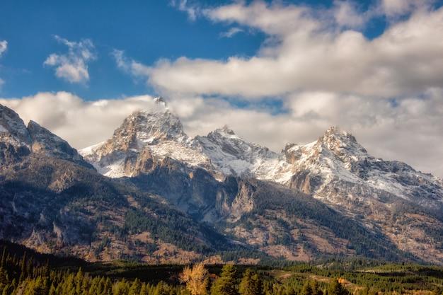 Chaîne de montagnes de grand teton après une chute de neige à la fin de l'automne