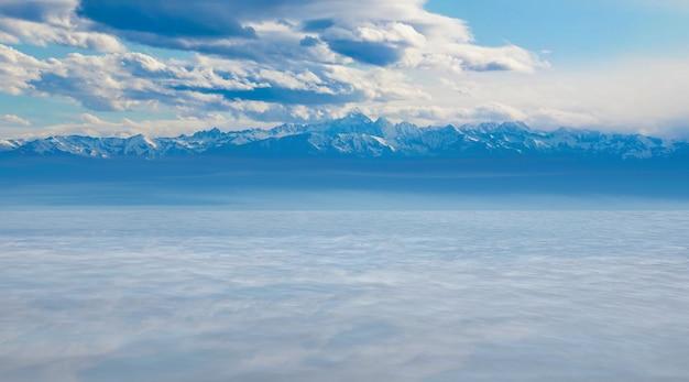 Chaîne de montagnes et lac