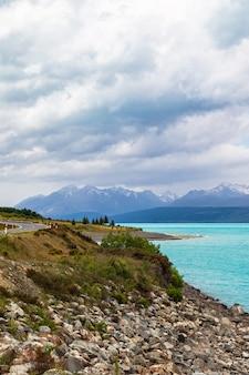 Chaîne de montagnes le long des rives du lac pukaki sur l'île du sud nouvelle-zélande