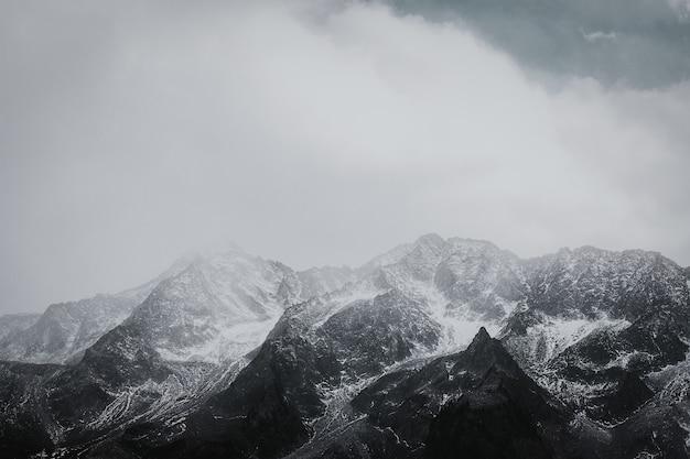 Chaîne de montagnes noir et blanc