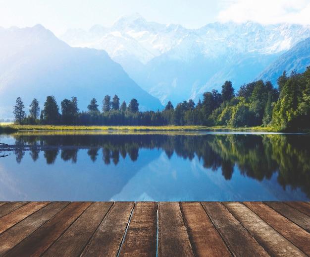 Chaîne de montagnes et plan d'eau