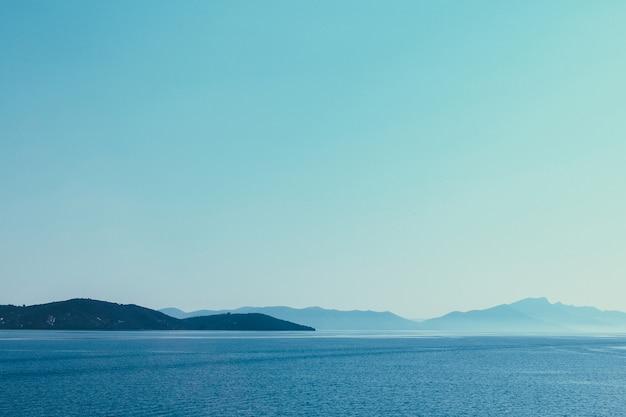 Chaîne de montagnes à travers le bord de mer de la mer égée en grèce