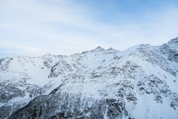 Chaîne de montagnes de vue sur les montagnes du caucase. cheget, russie.