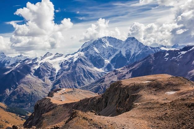 La chaîne principale du caucase, le mont donguzorun et le glacier seven avec le mont elbrus