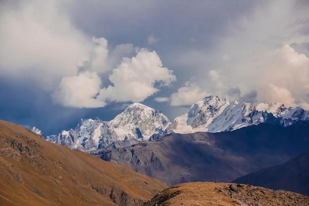 La chaîne principale du caucase avec le mont elbrus
