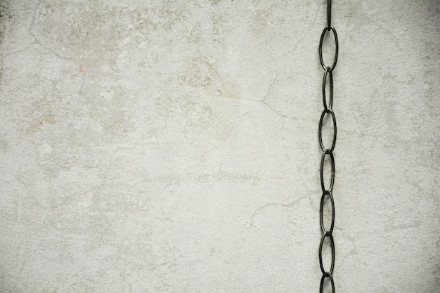 Chaîne avec vieux mur de béton