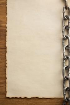 Chaîne et vieux papier ancien vintage à fond en bois