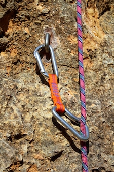 Des chaînes d'escalade et de la corde sur un rocher