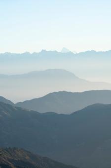 Chaînes de montagnes dans différentes nuances de couleurs
