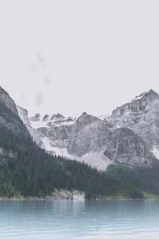 Chaînes de montagnes et lac
