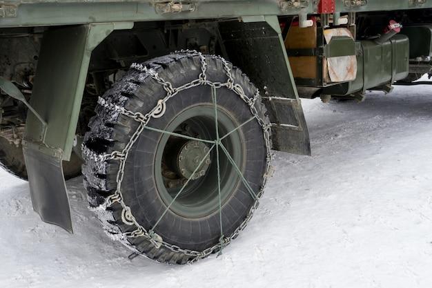 Chaînes à neige sur camion de pneus en hiver pour une conduite sûre sur les routes enneigées