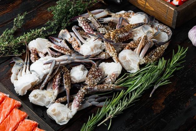 Chair de crabe frais et bâtonnets surimi avec jeu de crabe bleu natation, sur table en bois foncé