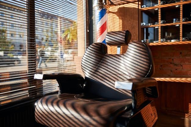 Chaise de barbier professionnelle avec appui-tête réglable en salon de coiffure