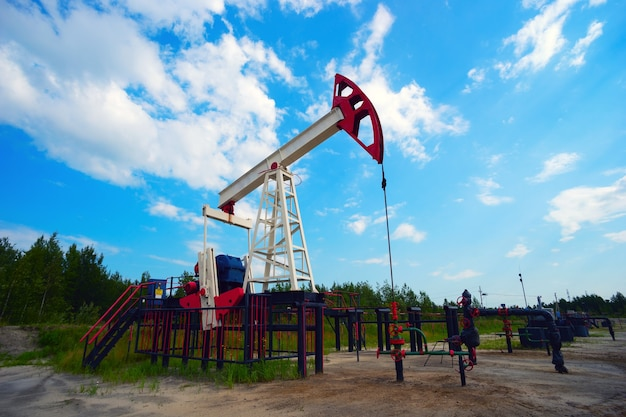Chaise à bascule de machine à huile en été sur un fond de ciel bleu.