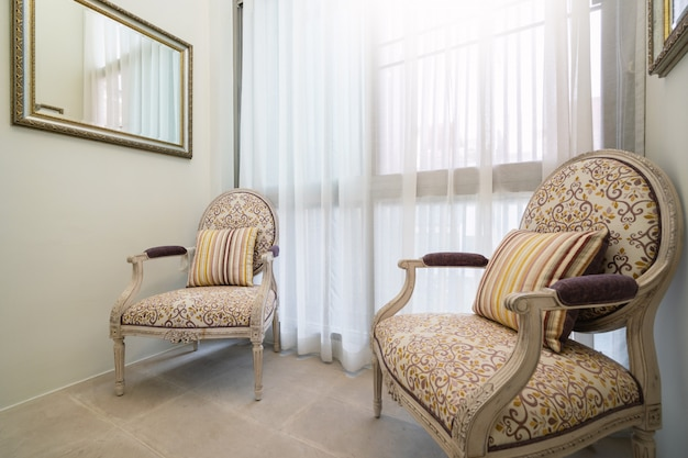 Chaise blanche et rideau transparent dans le salon de la villa avec piscine, maison. maison, condo et appartement