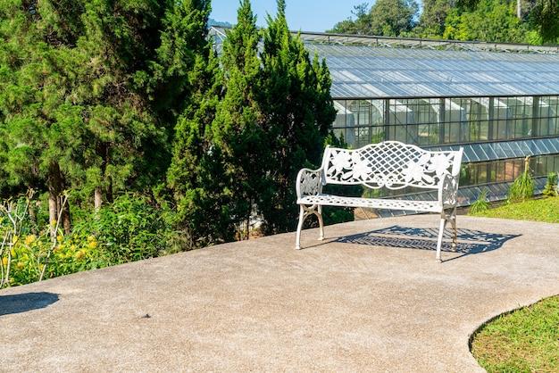 Chaise blanche vide dans le jardin