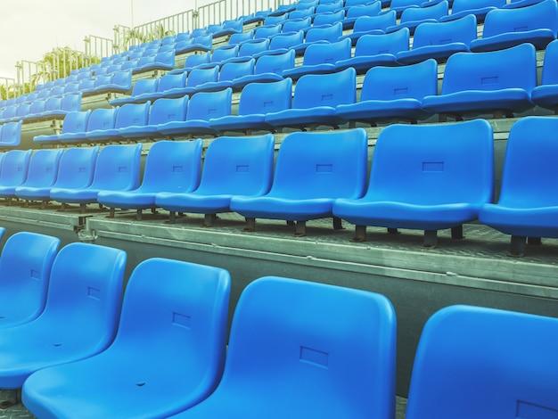 Chaise bleue sur la tribune