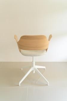 Chaise en bois avec assise en tissu gris
