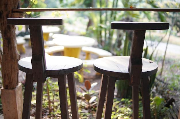 Chaise en bois sur balcon terrasse patio pour se reposer