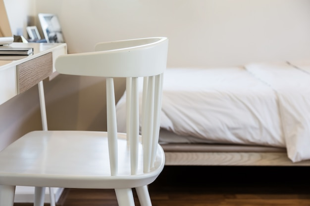 Chaise en bois avec intérieur de table de travail