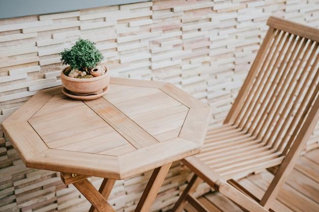 Chaise en bois marron qui se sent seul