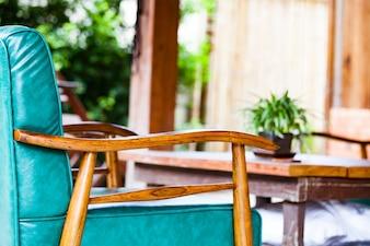 Chaise en bois rembourrée dans le salon pour la maison natale de la thaïlande