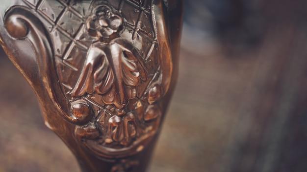 Chaise en bois sculpté