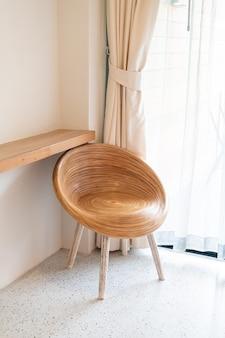 Chaise en bois vide sur coin dans une pièce