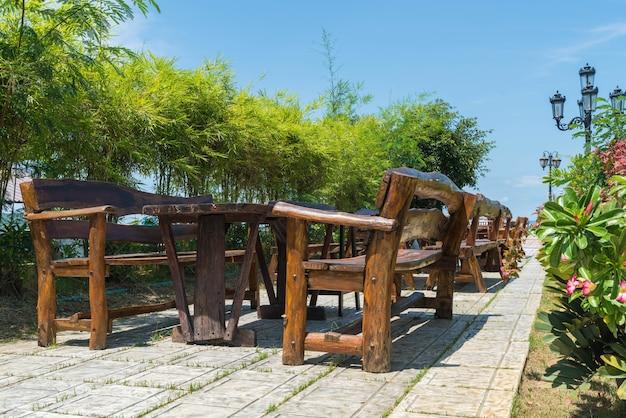 Chaise en bois vide