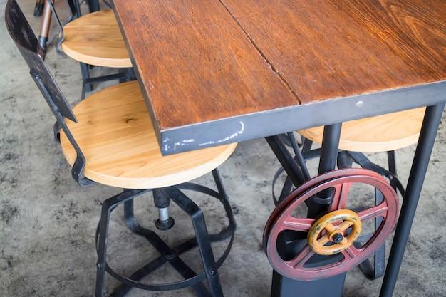 Chaise en bois vintage dans la chambre loft