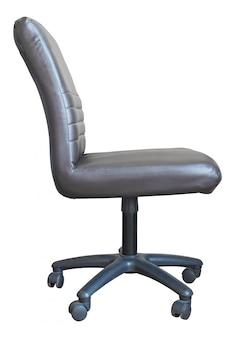 Chaise de bureau en cuir isolée sur blanc avec un tracé de détourage